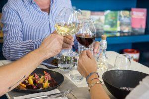 Mangiare bene e bere in compagnia rende felici