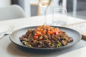 Piatto, tavola imbandita, pomodori, kebab di pecora